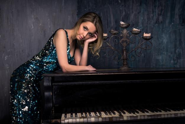 Femme, à, piano