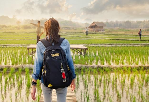 Femme à pied en plein air. voyage dans la nature.