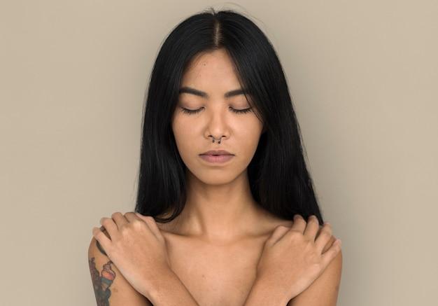 Femme piercing nez anneau poitrine nue arts calme paisible