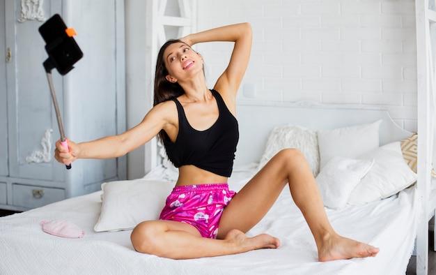 Femme en pijama prenant selfie