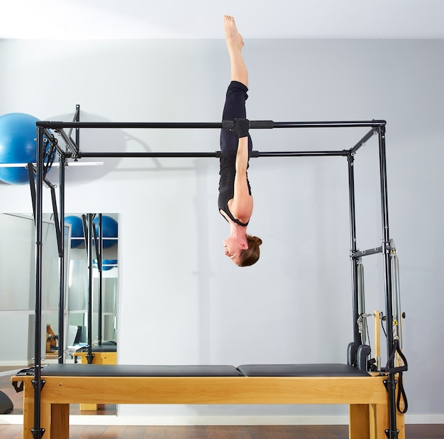 Femme pilates, acrobatique, cadillac, sens dessus dessous