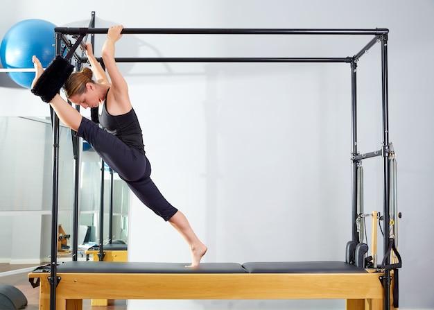 Femme pilates, cadillac, jambes étirées, exercice stretch