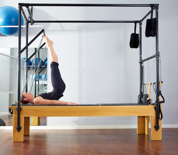 Femme pilates, dans, reformer, tour, gymnase