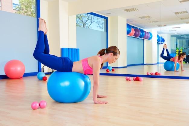 Femme pilates fitball, séance d'entraînement, balancer