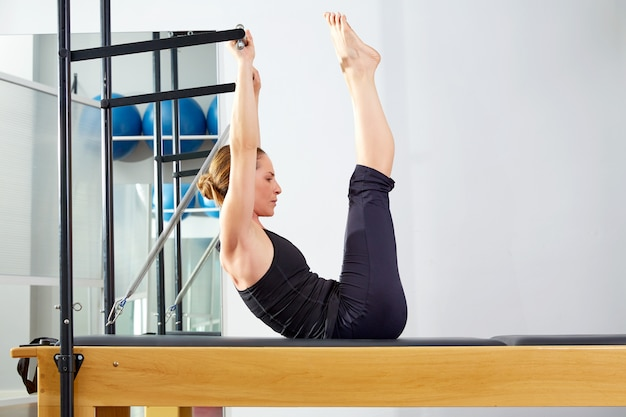 Femme pilates, reformer, exercice, à, gymnase