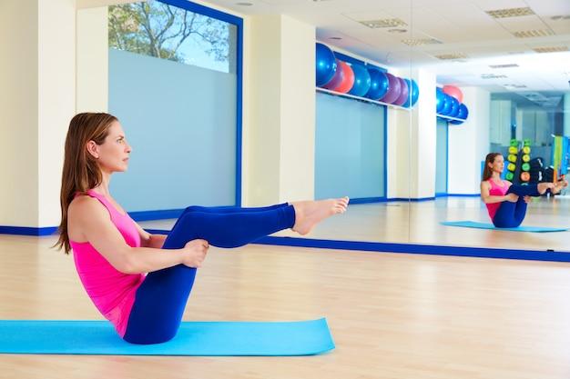 Femme pilates, séance d'entraînement, jambe ouverte