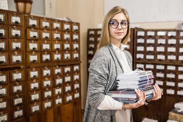 Femme avec une pile de livres