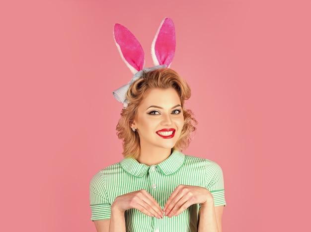 Femme de pin-up de pâques, fille aux oreilles de lapin. concept de pâques drôle