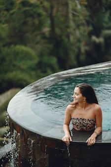 Femme, piscine, jungle, vue