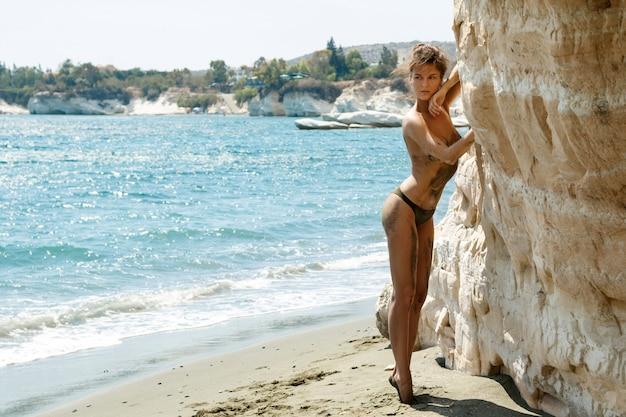 Femme, plage, à côté de, blanc, falaises