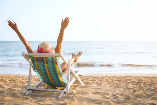 Femme sur la plage en été