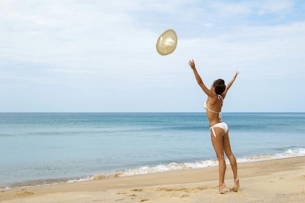 Femme, plage, jette, elle, chapeau