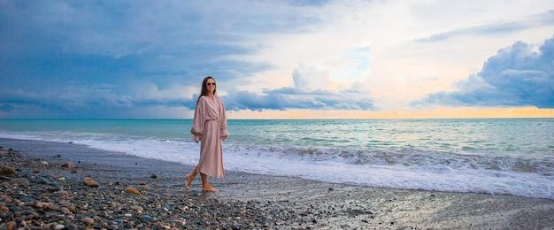 Femme sur la plage profitant des vacances d'été