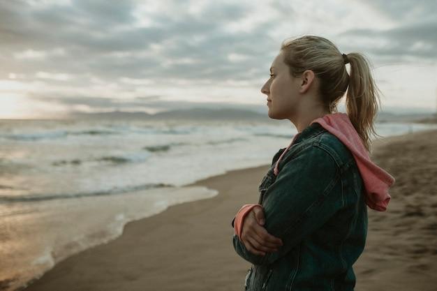 Femme sur une plage sombre