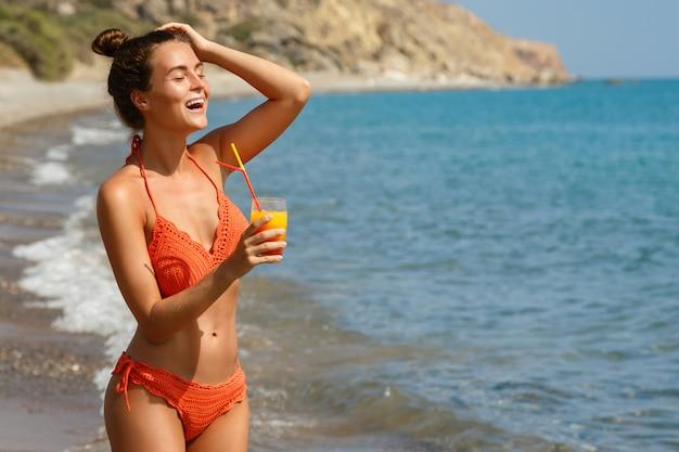 Femme, plage, verre, cocktail