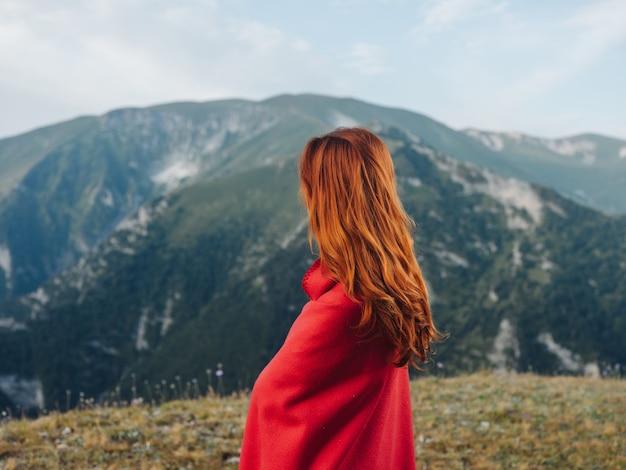 Femme en plaid rouge dans les montagnes paysage nature mode de vie