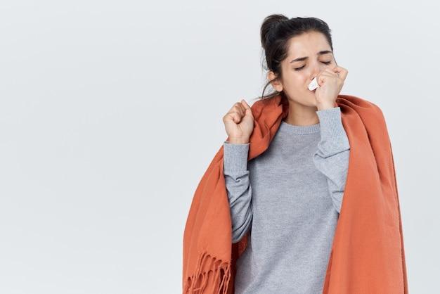 Femme avec un plaid sur ses épaules problèmes de santé grippe infection froide