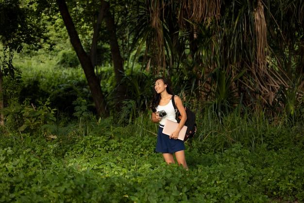 Femme de plan moyen prête à prendre des photos