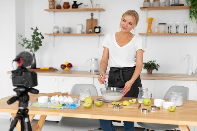 Femme de plan moyen en train de cuisiner