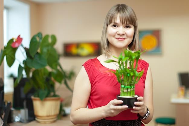 Femme avec plante de bambou