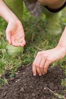 Femme de planter dans un champ par une journée ensoleillée