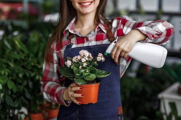 Femme avec des plantes dans une belle jardinerie
