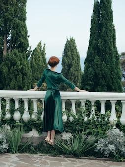 Femme en plein air parc nature arbres luxe