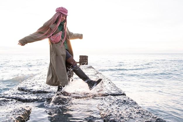 Femme plein coup au bord de la mer