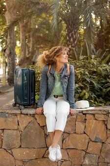 Femme plein coup avec bagages