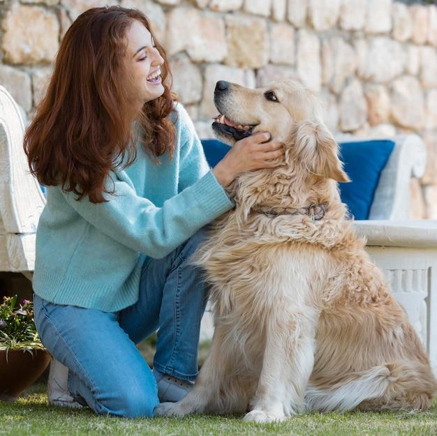 Femme plein coup avec chien souriant