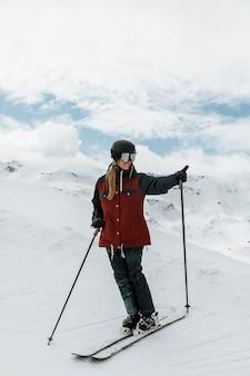 Femme plein coup avec équipement de ski