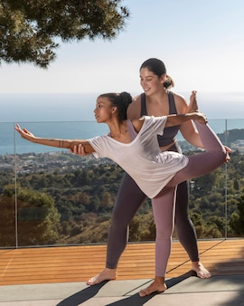 Femme plein coup essayant la pose d'yoga