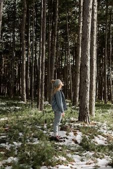 Femme plein coup étant dans la nature