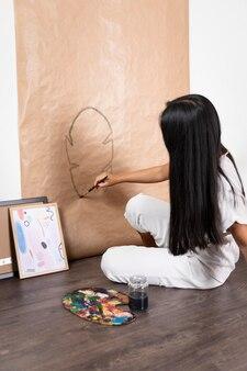 Femme plein coup d'être créatif à la maison