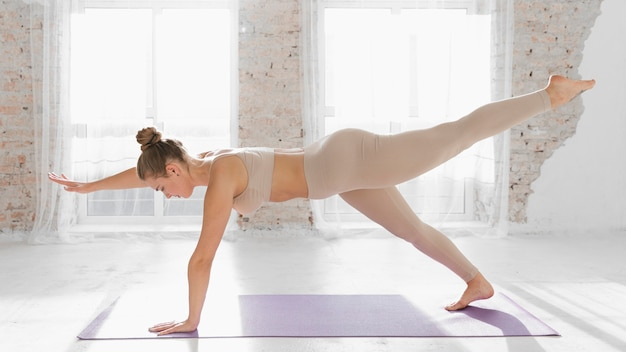 Femme plein coup faisant planche