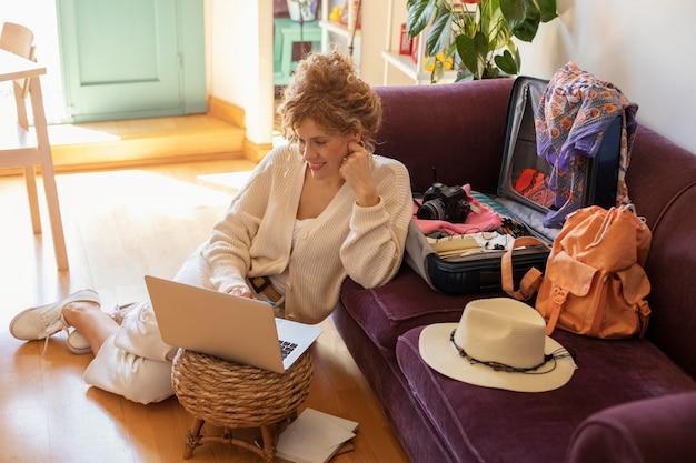 Femme plein coup avec ordinateur portable