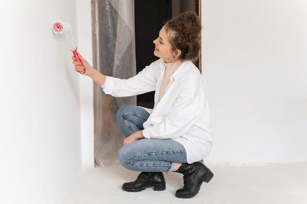 Femme plein coup de peinture avec rouleau