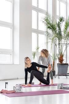 Femme plein coup pratique du yoga sur tapis