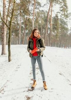 Femme plein coup sur route forestière