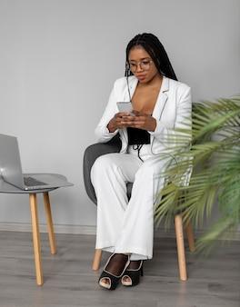 Femme plein coup avec smartphone