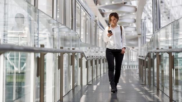 Femme pleine coup tenant un smartphone