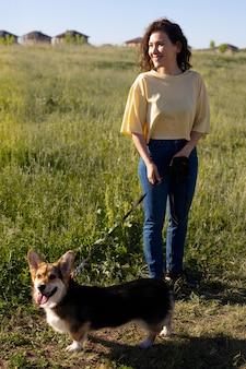 Femme pleine de coups avec un chien mignon