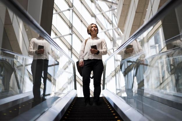 Femme pleine de coups dans les escaliers