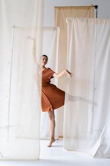 Femme pleine de coups dansant