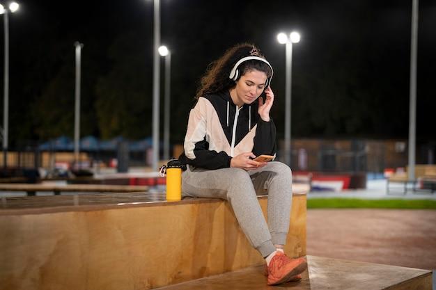Femme pleine de coups avec des écouteurs