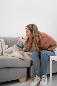 Femme pleine de coups embrassant un chien