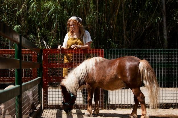 Femme pleine de coups et poney mignon