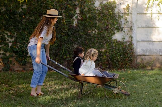 Femme pleine de coups portant des enfants