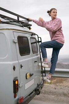 Femme pleine de coups près de van