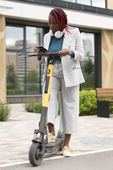 Femme pleine de coups avec scooter